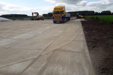 Leggen betonplaten vrachtwagen Tricht