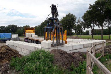 Plaatsen betonblokken manege Assen