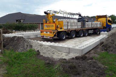 Plaatsen betonblokken manege